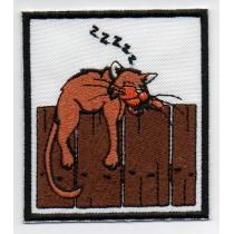 Gatto che dorme su staccionata